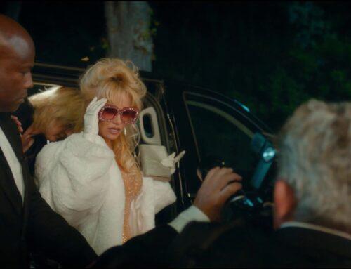 Een stola van imitatie bont voor Pamela Anderson